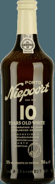 LePorto blanc de 10 ans d'âge de Niepoort est vinifié à partir d'Arinto, Códega, Gouveio, Rabigato, Viosinho et d'autres cépages blancs portugais. Dans le verre, ce porto brille d'un or éclatant aux reflets pétillants. Le bouquet expressif révèle des notes de fruits secs - en particulier la figue séchée - ainsi que d'écorce d'orange. De plus, des arômes de noix grillées et d'amandes caramélisées s'y joignent. Des nuances florales complètent le spectre aromatique multicouche. Le palais est caressé par la personnalité fine et équilibrée. L'acidité vive s'harmonise parfaitement avec la douceur équilibrée. Vinification duNiepoortPorto blanc de 10 ans d'âge Les différents raisins de ce port sont soigneusement cueillis à la main et apportés à la cave de Niepoort. Les raisins y restent plus longtemps sur le moût et sont pressés avec les pieds selon des méthodes traditionnelles. Avec l'ajout de brandy, ce porto blanc est stocké dans de grands fûts en bois pendant un an au total. La maturité a lieu après un stockage de 7 à 15 ans dans des fûts de chêne traditionnels. Recommandation alimentaire pour le portNiepoortBlanc 10 ans Dégustez ce porto demi-sec avec toutes sortes de desserts, bien frais à l'apéritif ou tout simplement en solo.