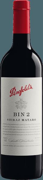 Le Bin 2 de Penfolds est une cuvée de vin rouge concentré et corsé, issu des cépages Mataro et Shiraz. Les raisins de ce vin rouge poussent dans la région viticole australienne d'Australie du Sud. Dans le verre, ce vin révèle une couleur rouge noir foncé et riche, avec un noyau pourpre profond. Cette cuvée présente un bouquet chaud et épicé, aromatique et robuste, avec des notes de figues, de dattes, de prunes (pruneaux), de pâte de coing et d'épices à gâteaux. Des notes de myrtilles et de mûres confites, ainsi que de cuir, soulignent les arômes du nez. En bouche, ce rouge australien est plein et velouté, avec un corps moyen à plein et des saveurs rappelant les riches fruits rouges et les arômes chauds de chocolat. Des notes subtiles de chêne et des tannins intégrés et distingués, à grain fin, presque poudreux, se rejoignent en arrière-plan. Une acidité fraîche et une finale longue et charnue ainsi que des réverbérations de baies sombres épicées parfont ce vin. Vinification des plumes Shiraz Mataro Bin 2 Les raisins Shiraz et Mataro sont séparés par origine, récoltés, sélectionnés et vinifiés séparément. Le moût est fermenté dans des cuves en acier inoxydable dans la cave de Penfolds. Une fois la fermentation terminée, ce vin est élevé pendant 8 mois dans des barriques en chêne français (10% de bois neuf) et des têtes de porcs en chêne américain. Après le vieillissement sous bois, ce vin est assemblé dans le mélange final et continue à reposer sur la bouteille dans les caves pendant un certain temps avant que ce vin rouge ne quitte la cave de Penfolds. Recommandation alimentaire pour leBin 2 Penfolds Nous recommandons ce vin rouge sec d'Australie avec des viandes et volailles légèrement braisées aux tomates comme l'osso buco, le coniglio alla cacciatora (lapin à la chasse), les roulades de veau à la sauce tomate ou le poulet basquais, avec un ragoût de bœuf provençal (sauce au vin rouge), un lapin rôti aux pruneaux, une aubergine gratinée ou une ratatouille.