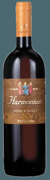 Le titre du rouge rubis Harmonium Sicilia IGT de Firriato suggère déjà son caractère harmonieux et agréable avec des tannins veloutés. Un arôme puissant et intensément fruité de cerises surmûries et de cerises du Marasquin, est prolongé par des nuances de chocolat noir, de réglisse et de tabac. En bouche, l'équilibre parfait entre les tanins et l'acidité apporte une richesse de saveurs et de notes minérales. Il se déguste avec des grillades, des rôtis et des fromages épicés.