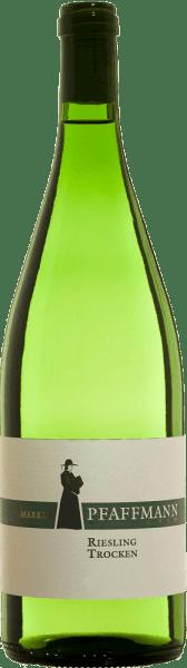 LeRiesling Qualitätswein trocken de Markus Pfaffmann a une couleur claire avec des nuances vertes. Le bouquet reflète la typicité variétale frappante par le biais d'un nez frais à la pomme verte et une pointe d'agrumes minéraux et d'herbacé. La bouche est nette, fraîche et juteuse, avec une minéralité herbacée intense et un agrume confit animé. Elle se caractérise par un corps compact et juteux, avec un noyau ferme, et semble à la fois racée et stimulante. Nous le recommandons avec des salades d'été fines, des asperges fraîches,des quiches salées,des fruits de mer,des plats de poisson à la vapeur et des fromages doux.