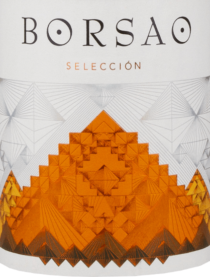 """Le Borsao Selección Tinto de Bodegas Borsao est un vin rouge fin et épicé de la région espagnole Campo de Borja, qui est vinifié à partir de les raisins de vignes âgées de 15 à 30 ans. Si vous aimez le goût des cerises mûres, vous avez tout à fait raison avec ce vin ! Notes de dégustation pour leBorsao Tinto Selección La Selección Tinto Campo de Borja DO de Bodegas Borsao brille dans un rouge cerise clair avec des nuances violettes dans le verre. Le bouquet dégage des notes claires de cerises mûres associées à une touche florale. Les nuances en bouche sont très intenses. Ici, on retrouve surtout des arômes de cerises acides, soulignés par des épices orientales. Le beau corps est accompagné de tanins équilibrés. Une belle finition forme la finale. Vinification de laBorsao Selección Tinto Depuis de nombreuses années, Bodegas Borsao est une adresse de premier ordre, constante et, de plus, extrêmement sympathique pour les vins rouges comme on ne peut que le souhaiter. Les vins produits ici sont toujours clairs et fruités, concentrés, mais toujours frais avec une acidité animée. Les quelque 620 petits producteurs qui se sont regroupés pour former cette coopérative savent comment exploiter tout le potentiel de la région rustique de Campo de Borja. À une altitude de 350 à 750 mètres, ils cultivent près de 2 400 hectares de vignobles avec de très vieilles vignes, qui ont heureusement survécu à la phase de nouvelles plantations de cépages internationaux dans les années 1980 et 1990. Dans la cave à vin de la coopérative, l'œnologue en chef José Luis Chueca aime se reposer sur des méthodes éprouvées : des cuves et des barriques en ciment sont utilisées ici, la production de vin se fait selon des principes traditionnels. Pour Chueca, c'est la qualité du raisin qui compte, car il n'y a pas de substitut dans la cave. Le cépage autochtone Garnacha joue un rôle primordial dans les Bodegas Borsao ; on suppose qu'il est originaire d'Aragon, car il est également appelé """"Tinto Aragonéz"""