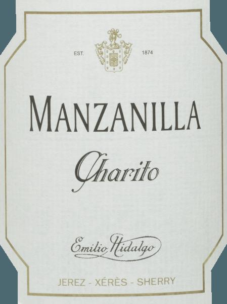 Le Charito Manzanilla deEmilio Hidalgo est un sherry sec et rafraîchissant issu du cépage Polomino Fino (100%) Dans le verre, ce vin brille d'un jaune paille brillant aux reflets pétillants. Le nez est agrémenté de notes parfumées de fruits à noyau jaune et de noix. En bouche, ce sherry est léger et élégant avec une longue finale. Vinification de laEmilio HidalgoCharito Manzanilla Les raisins récoltés à la main sont égrappés, pressés délicatement et le moût qui en résulte est fermenté dans des cuves en acier inoxydable sous contrôle de température. Ce jeune vin est ensuite soutiré, fortifié et placé dans des fûts de chêne américain pour une première maturation. Les fûts ne sont remplis que dans une certaine mesure (maximum 85 %) afin que la flore caractéristique (une couche de levure) puisse se développer, ce qui permet de sceller le vin de manière hermétique et de lui donner l'arôme spécifique du sherry. Une fois que le vin a mûri, il est transféré dans le système traditionnel de la solera, dans lequel des xérès du même type sont vieillis pendant trois à dix ans dans des fûts placés les uns au-dessus des autres. Les vins les plus anciens sont stockés dans les fûts inférieurs (Solera), tandis que les vins les plus jeunes sont stockés dans les rangs supérieurs (Criaderas). Le sherry destiné à la vente est toujours prélevé dans les fûts inférieurs. Ici, cependant, seule une petite partie (un tiers au maximum) est prise et la partie prise est ensuite remplie de sherry des rangs supérieurs. Tout le principe se poursuit jusqu'aux fûts les plus hauts, où le vin jeune, le Mosto, est ajouté au xérès. Recommandation alimentaire pour leManzanilla Charito deEmilio Hidalgo Ce xérès sec d'Espagne a meilleur goût lorsqu'il est bien refroidi et convient parfaitement à l'apéritif ou aux tapas, au poisson et aux fruits de mer.