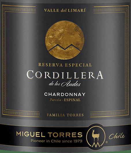 Le Cordillera Chardonnay de Miguel Torres du Chilice vin brille d'un jaune paille éclatant aux fins reflets dorés. Le bouquet offre une merveilleuse variété d'arômes. Le pamplemousse frais se présente avec les groseilles blanches et les pêches de vigne juteuses - soulignées par les fleurs de fruits et une élégante et fine respiration après les noisettes grillées. En bouche, ce vin blanc chilien présente un corps juteux et plein, avec une texture fondante et crémeuse. Les arômes du nez sont également merveilleusement présents et s'équilibrent parfaitement avec la vive acidité. La longue finale est accompagnée de notes fruitées de fruits à noyau et d'agrumes. Vinification du Chardonnay de la Cordillère de Torres Les raisins pour le Cordillera Chardonnay de Miguel Torres Chile proviennent de la Valle de Limari àCoquimbo.  La récolte du raisin Chardonnay pour ce vin blanc a lieu à la fin du mois de février. Les raisins sont immédiatement acheminés à la cave où ils sont doucement pressés. La fermentation et le vieillissement de ce vin blanc se font dans des cuves en acier ainsi que dans des fûts en bois. 54% de ce vin blanc est mis en fûts de chêne français et 46% est fermenté et vieilli dans des cuves en acier inoxydable. Le chêne donne à ce vin son équilibre harmonieux - la cuve en acier inoxydable le fruit frais du cépage. Ce vin renonce à la réduction biologique de l'acidité - le vin mûrit sur la levure fine. Recommandation alimentaire pour le Chardonnay Miguel Torres de la Cordillère du Chili Dégustez ce vin blanc sec du Chili avec de la truite ou du saumon fumé, des fruits de mer frais en sauce crémeuse ou du poisson cuit au four.