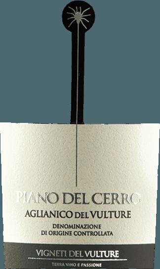 Le Piano del Cerro Aglianico del Vulture de Vigneti del Vulture est un Aglianico monocépage du sud de l'Italie, qui se délecte avec un caractère chaleureux et plein. De merveilleuses notes de fruits rouges ainsi que d'agréables notes balsamiques et épicées font de ce vin rouge fruité un plaisir gustatif de premier ordre. LePiano del Cerro Aglianico del Vulture DOC de Vigneti del Vulturea un caractère chaleureux et plein. Le bouquet de ce fantastique vin rouge de Basilicate se gâte avec de merveilleuses notes de fruits rouges ainsi que d'agréables notes balsamiques et épicées. Vinification du Piano del Cerro Les raisins Aglianico de ce vin rouge haut de gamme de Basilicate poussent sur des sols volcaniques, qui constituent le potentiel particulier de la DOC Aglianico del Vulture. Après la récolte, les raisins sont doublement sélectionnés et les baies sont délicatement détachées des tiges. La vinification se fait ensuite dans de petites cuves en chêne avec une durée de macération totale de 25 à 30 jours. Toutes les 6 heures, le marc (la peau du raisin qui flotte vers le haut grâce au CO2) est mis en circulation manuellement afin de garantir une extraction optimale des substances colorantes et aromatiques. Le Piano del Cerro est ensuite vieilli pendant 24 mois dans de nouvelles barriques, où il subit également une transformation à l'acide malolactique. Ce qu'il faut savoir sur l'Aglianico Piano del Cerro La petite araignée qui pend sur l'étiquette est l'hommage de Piano de Cerro à une danse très spéciale du sud de l'Italie : la Pizzica. Cette danse était à l'origine destinée à soigner les personnes piquées par la tarentule. Depuis la fin du Moyen Âge, les gens utilisent toutes sortes d'instruments tels que des violons, des mandolines, des guitares, des flûtes ou des harmonicas pour aider à piquer les gens. Ils ont dû danser sur la musique jusqu'à ce qu'ils s'effondrent épuisés. Malheureusement, on ne sait pas grand chose sur le succès du traitement, mais la danse a sur