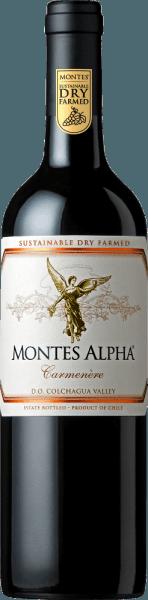 Le Montes Alpha Carmenère est vinifié à partir des cépagesCarmenère (90%) et Cabernet Sauvginon (10%). Dans le verre, ce vin rouge pétille d'un beau rouge rubis. Le bouquet se délecte d'arômes de poivre noir, de baies rouges mûres et de chocolat. Les arômes du nez sont finement soulignés avec une pointe de vanille et des notes de prunes noires. Ce vin rouge chilien est doux et harmonieusement équilibré en bouche. Des tannins doux et des notes de chêne merveilleusement intégrées mènent à une finale séduisante et merveilleusement longue. Vinification de laCarmenère Montes Alpha Après avoir été soigneusement récoltés à la main, les raisins sont macérés à froid pendant 7 jours à une température de 9°C. Cette opération est suivie d'une fermentation alcoolique de 10 jours. Pour les merveilleuses nuances de bois et la couleur intense, ce vin rouge est vieilli pendant 12 mois dans des barriques de chêne français neuves et d'occasion. Ce vin rouge est mis en bouteille sans filtre. Recommandation alimentaire pour le Carmenère Montes Alpha Nous recommandons ce vin rouge sec du Chili pour les plats de gibier fortement épicés aux choux de Bruxelles et aux pommes de terre, pour l'agneau tendre du grill ou encore pour l'agneau rôti braisé.