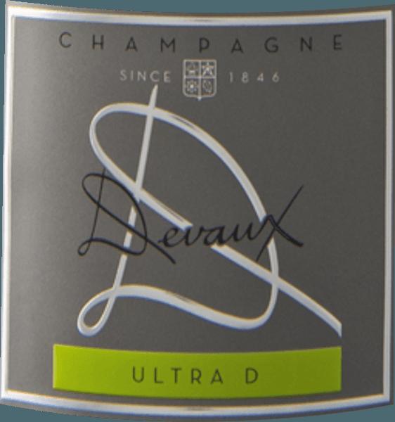 L'Ultra D Extra Brut de la région viticole de Champagne s'offre dans le verre d'un jaune d'or brillant et chatoyant. La couleur de ce vin mousseux montre également des reflets au centre. Le nez de ce Champagne Devaux présente toutes sortes de coings, de poires, de poire nashi et de pommes. Comme si ce n'était pas déjà impressionnant, l'amande grillée, le sol forestier et la brioche se joignent au mélange. Le Champagne Devaux Ultra D Extra Brut séduit par son goût élégamment sec. Elle a été apportée avec seulement 3 grammes de sucre résiduel sur la bouteille. C'est un vrai vin de qualité, qui se démarque nettement des qualités plus simples et ce Français enchante donc naturellement avec le plus bel équilibre malgré toute la sécheresse. Le goût n'a pas nécessairement besoin de beaucoup de sucre. Sur la langue, ce champagne au pied léger se caractérise par une texture extrêmement fondante et crémeuse. En raison de l'acidité modérée du fruit, l'Ultra D Extra Brut flatte le palais avec une sensation veloutée sans pour autant manquer de fraîcheur. La finale de ce champagne convainc par une belle réverbération. Vinification de l'Ultra D Extra Brut du Champagne Devaux Cet élégant champagne français est élaboré à partir des cépages Chardonnay et Pinot Noir. Après les vendanges, le raisin arrive à la cave par le chemin le plus rapide. Ici, ils sont sélectionnés et soigneusement répartis. Ensuite, la fermentation a lieu en bouteille à des températures contrôlées. Après sa fin . Recommandation alimentaire au Champagne Devaux Ultra D Extra Brut Ce vin français se déguste de préférence très frais à 5 - 7°C. Il est parfait pour accompagner une salade d'endives fruitées, des spaghettis au yaourt et au pesto de menthe ou une salade d'asperges au quinoa. Prix pour l'Ultra D Extra Brut du Champagne Devaux En plus d'un rapport prix/ plaisir, ce Champagne Devaux est également récompensé par des médailles et des notes supérieures à 90 points. En détail, il s'agit de Prix de la carafe - O