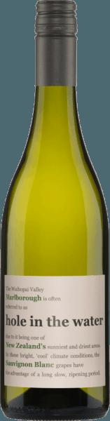 """Origine du Sauvignon Blanc troué dans l'eau des vins Konrad Les vignobles de ce merveilleux Sauvignon Blanc sont situés dans la célèbre région de Marlborough en Nouvelle-Zélande. C'est probablement la région de culture la plus connue pour ce cépage. Le Hole in The Water arrive à maturité dans la région qui bénéficie de la plus longue durée d'ensoleillement de toutes les zones de culture de Nouvelle-Zélande. Un glacier a laissé derrière lui un sol argilo-calcaire riche en nutriments. Les roches reflètent la lumière intense du soleil, dégagent leur chaleur pendant longtemps et le soir, l'air frais du Pacifique atteint la vallée. C'est la base naturelle et la meilleure pour le vigneron Jeff Sinnott pour créer un produit de qualité. Le Nom du trou dans l'eau vient de son origine, la vallée de Waihopai. Waihopai signifie """"trou dans l'eau"""" en maori. En raison des très faibles précipitations dans cette vallée, Konrad Wines réussit à créer un Sauvigon Blanc unique. Les raisins de Hole in the Water poussent sur un sol de blocs rocheux très sableux avec un peu d'argile. Ce sol se draine (se lave) très bien et fournit ainsi à la vigne de nombreux minéraux. Le goût du trou dans l'eau Sauvignon Blanc Le Sauvignon Blanc de Konrad Wines, qui se présente dans le verre jaune clair avec des reflets verts, séduit par son bouquet séduisant d'herbe fraîche, de groseilles à maquereau et un soupçon de fleur de sureau.Ce vin blanc de Nouvelle-Zélande (vallée de Waihopai) est juteux en bouche avec des arômes subtils d'agrumes et de goyave. La finale de ce Sauvignon Blanc est fraîche et vive. Le trou dans l'eau Sauvignon Blanc est aussi un merveilleux compagnon de soirée. Recommandation alimentaire pour le Sauvignon Blanc Trou dans l'eau Dégustez ce vin blanc sec avec du risotto, des asperges ou du poisson et des fruits de mer. Prix du trou dans l'eau Sauvignon Blanc Konrad Wines Carafe : 91 points pour 2016 Bob Campell : 89 points pour 2013 Jancis Robinson : 88 points pour 2009 Le Sauvignon"""