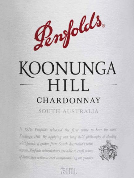 LeKoonunga Hill Chardonnay de Penfolds est un vin blanc de cépage pur, délicatement crémeux, issu de la région viticole australienne d'Australie du Sud. Dans le verre, ce vin brille d'un jaune paille brillant aux reflets pétillants. Le bouquet fruité est caractérisé par des nectarines juteuses et fraîches. À cela s'ajoutent de fines nuances de chêne et de merveilleuses notes de miel de fleurs d'été. Avec ses fruits juteux après la pêche et le melon, ce vin blanc australien convainc le palais. De délicates notes crémeuses de vanille se combinent à des notes de malt pour donner un merveilleux arôme fruité-épicé. Le corps a de la profondeur et de la complexité, ce qui est parfaitement souligné par une fine acidité et une finale longue et fraîche. Vinification des Penfolds Chardonnay Koonunga Hills Les raisins de Chardonnay pour ce vin blanc poussent principalement dans la vallée de la Barossa et les collines d'Adélaïde. Après la récolte, les raisins sont fermentés dans des fûts de chêne français à la cave de Penfolds. Une fois le processus de fermentation terminé, ce vin reste dans les fûts en bois et s'affine sur les lies fines. Recommandation alimentaire pour le chardonnay de Koonunga Hills Penfolds Dégustez ce vin blanc sec d'Australie avec des entrées légères, des salades croquantes avec de la poitrine de dinde ou du poisson poché. Mais ce vin est également un bon choix pour l'apéritif.