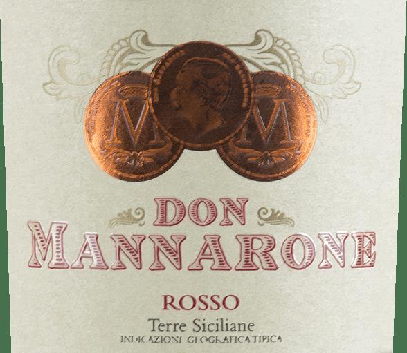 Le Don Mannarone Terre Siciliane de Mánnara apparaît dans le verre d'un rouge foncé intense. Au nez, des arômes fruités de fruits rouges mûrs sont immédiatement perceptibles. Le palais brille d'une opulence baroque. On retrouve ici les saveurs de fruits à baies (notamment le cassis, les prunes, les mûres juteuses et les cerises acides), complétées par le parfum des herbes méditerranéennes (thym) et des épices chaudes (vanille, poivre). Le tannin est délicat et très fin, l'acidité est parfaitement intégrée. La réverbération est extrêmement longue et l'on reconnaît que le Don Mannarone est le fleuron de la cave. Ici encore, les fruits à baies et les épices chaudes sont à l'honneur. Vinification du Don Mannarone Rosso Mánnara Le Don Mannarone IGT Terre Sicilianede Mánnara est une cuvée de Nero d'Avola, Merlot et Syrah. Le raisin pousse dans la partie occidentale de la Sicile dans les meilleures conditions. Le sol est constitué en grande partie de limon riche en silicates. Après la récolte, les raisins sont amenés à la cave, où ils sont foulés et vieillis séparément dans des barriques en acier inoxydable et des barriques. Après la maturation, le vin est cuvéetiert. Le Don Mannarone porte le nom du fondateur de la cave et ressemble à l'Amarone d'Italie du Nord par son style, en raison de son arôme plein et du sucre résiduel discret mais bien intégré. Recommandation alimentaire pour le Rosso Don Mannarone Le Don Mannarone Rosso de Mánnara est le compagnon idéal des plats à base de viande brune, de sauces copieuses et de divers légumes d'hiver à 16-18 °C. Mais c'est aussi un excellent vin à lui seul. Mais c'est aussi un excellent vin de méditation à lui seul, qui peut accompagner une soirée conviviale.