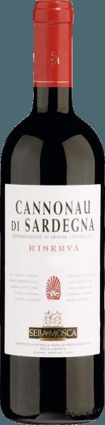 Le Cannonau di Sardegna DOC Riserva de Sella & Mosca se présente au début dans un rouge rubis brillant, qui prend ensuite une teinte plus chaude au cours du processus de vieillissement. En vieillissant, ce vin rouge de Sardaigne développe un bouquet complexe et élégant qui rappelle la violette. Les notes aromatiques du vieillissement du bois complètent le parfum. En bouche, le Cannonau di Sardegna DOC Riserva est chaud, sec et harmonieux, avec une légère note de prune en arrière-plan, qui est soulignée par de fines notes de bois. Vinification du Cannonau di Sardegna Riserva de Sella & Mosca Le Cannonau est le cépage le plus célèbre de Sardaigne et est également connu sous les synonymes de Grenache ou d'Alicante. Le cépage Cannonau trouve des conditions idéales pour sa croissance tant sur les sols chauds et sablonneux de la côte sarde que dans les montagnes intérieures rocheuses et accidentées. Dans les vignobles de Sella&Mosca, il est cultivé dans la zone sud-est, où le Gregale souffle du nord-est Les raisins foulés et écrasés sont soumis à une lixiviation à froid pendant au moins 3 jours pour permettre l'extraction des colorants et des tanins des peaux, ce qui favorise le processus d'un long vieillissement en fûts de chêne. La fermentation à une température de 25-28° Celsius dure environ 12 jours. Le vin rouge est ensuite vieilli pendant deux ans dans des fûts de chêne traditionnels de Slavonie. Après un nouveau vieillissement en bouteille, le vin atteint sa pleine maturité. Recommandation alimentaire pour le Cannonau di Sardegna Riserva de Sella & Mosca Dégustez ce vin rouge sec avec des plats de gibier, de bœuf ou de porc. Avant de le boire, le Cannonau di Sardegna doit déjà être débouché 2 heures avant ou rempli dans une carafe.