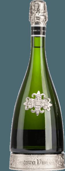 L'Heredad Reserva Brut DO de Segura Viudas est un cava de première qualité absolue issu des cépages Macabeo (67%) et Parellada (33%). Non seulement la bouteille décorative avec le pied en étain est un véritable accroche-regard, mais aussi la couleur jaune d'or brillant avec des reflets argentés. Le perlage se montre avec des cordons de perles fines et durables. Au nez, ce vin mousseux d'Espagne présente des tons de levure mûre avec des notes fruitées d'agrumes et de fruits jaunes. Le palais est gâté par des notes après l'abricot sec et des nuances de citron vert et de miel de forêt. La longue finale reflète une fois de plus les merveilleux arômes. Vinification du Heredad Reserva Brut Le raisin de ce Cava des Viudas de Segura est soigneusement récolté à la main. Les raisins Macabeo et Parellada proviennent de vignes âgées de 15 à 20 ans. Après la première fermentation à température contrôlée dans des cuves en acier inoxydable, le vin est élevé sur lies pendant 30 mois (fermentation en bouteille). Recommandation alimentaire pour le Reserva Heredad Ce Cava est le compagnon idéal de la cuisine asiatique - comme le Nasi Goreng, les brochettes de saté à la sauce aux cacahuètes ou le Curry Rendang - des tapas espagnoles et des pâtés de foie fins et des fromages à pâte dure. Prix pour le Segura Viudas Heredad Vinum : 17 points Mundus Vini : Médaille d'argent (attribuée en 2016) Guía Peñín : 92 points (attribué en 2015)