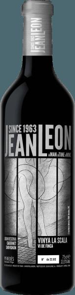 Le Vinya La Scala Cabernet Sauvignon Gran Reserva de Jean Leon est un vin rouge fascinant, excellent et varié, issu de la région espagnole DO Penedès Dans le verre, ce vin brille d'un riche rouge grenat avec de profonds reflets rouge cerise. Le bouquet expressif est porté par des arômes variétaux typiques - les fruits à baies juteux (groseilles, framboises et myrtilles) rencontrent des notes de bois précieux et des relents d'épices. Le palais est également gâté par les arômes du nez. Le corps est merveilleusement élégant et convainc par une complexité inoubliable. La texture est merveilleusement douce et s'harmonise parfaitement avec la structure équilibrée des tanins et les notes grillées délicatement épicées. La finale est d'une longueur agréablement persistante. Vinification de la Vinya La Scala Cabernet Sauvignon Gran Reserva Le vignoble unique Vinya La Scala est sillonné de sols stériles et caillouteux et a une taille de 8 hectares. Après la récolte et la dissection minutieuse des raisins, les raisins sont macérés pendant 2 semaines dans la cave de Jean Léon. Elle est suivie d'une fermentation classique et d'une fermentation malolactique dans des cuves en acier inoxydable. Ce vin est ensuite vieilli pendant 2 ans dans des barriques de chêne français. Pour l'harmonie de l'ensemble, ce vin rouge espagnol repose encore 5 ans en bouteille avant de quitter la cave. Recommandation alimentaire pour leJean LeonGran ReservaVinya La Scala Cabernet Sauvignon Dégustez ce vin rouge sec d'Espagne avec de copieux plats de viande épicée - en particulier le filet de bœuf enrobé d'herbes sur un lit de sauce sombre - ou avec du canard et de l'oie. Vous pouvez également le servir avec des fromages fumés et à pâte mi-dure. Nous vous recommandons de décanter ce vin rouge avant de le boire. Prix pour la Vinya La Scala Gran Reserva Cabernet Sauvignon Jean Leon James Suckling : 94 points pour 2012
