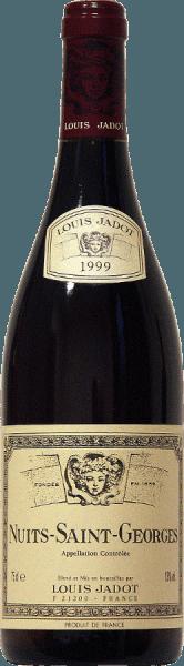 Rouge rubis profond est la couleur de ce 100% Pinot Noir de la maison Jadot. Des arômes de fruits rouges et des notes épicées ainsi que des notes de pain grillé et de cacao entourent le nez de l'AOC Nuits Saint Georges de Louis Jadot. Le goût puissant est basé sur des arômes complexes et une bonne structure. La finale harmonieuse brille par des tanins ronds, qui donnent au vin sa solide corpulence. Il accompagne à merveille les viandes rouges avec une sauce au vin rouge - grillées ou rôties, le gibier et les rôtis marinés ou les fromages moyens.