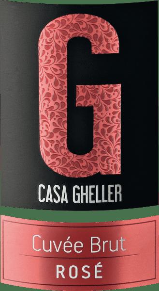 La Casa Gheller Cuvée Brut Rosé Spumante est un vin mousseux de première classe. Ici, il offre une couleur jaune platine merveilleusement brillante. Idéalement versé dans une coupe de champagne, ce vin pétillant du Vieux Monde présente des arômes merveilleusement jeunes et parfumés de mûre, de cassis, de mûre et de myrtille, complétés par d'autres nuances fruitées. La Cuvée Brut Rosé Spumante peut à juste titre être décrite comme particulièrement fruitée et veloutée, car elle a été vinifiée avec un profil de goût merveilleusement doux. Léger et complexe, ce vin mousseux équilibré se présente au palais. Grâce à son acidité fruitée, la Cuvée Brut Rosé Spumante est d'une fraîcheur et d'une vivacité fantastiques en bouche. Vinification de la Cuvée Brut Rosé Spumante de Casa Gheller La base de l'élégante Cuvée Brut Rosé Spumante de Vénétie est constituée de raisins provenant des cépages Glera, Merlot et Pinot Noir. Les raisins poussent dans des conditions optimales en Vénétie. Ici, les vignes creusent leurs racines profondément dans les sols de roches sédimentaires et altérées par les intempéries. Après la vendange, les raisins sont immédiatement acheminés vers la maison de presse. Ici, ils sont triés et soigneusement broyés. La fermentation a ensuite lieu dans des cuves en acier inoxydable à température contrôlée. La fermentation est suivie de quelques mois d'élevage sur les lies fines avant que le vin ne soit finalement mis en bouteille. Recommandation alimentaire pour la Cuvée Brut Rosé Spumante de Casa Gheller Ce vin mousseux italien se déguste de préférence très frais, entre 5 et 7 °C. Il est parfait pour accompagner une truite rôtie au gingembre et à la poire, un ragoût de rhum ou une salade d'endives fruitée.