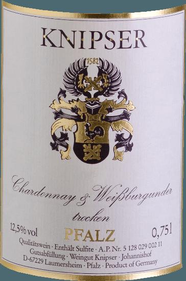 """Les Knipsers savent aussi que la famille des cépages bourguignons renforce toute une série de caractéristiques au sein du collectif. C'est également vrai pour ces deux protagonistes - Chardonnay & Pinot Blanc de Knipser - qui proviennent de la même pépinière, mais qui prennent néanmoins leurs propres chemins en termes de caractère. Alors que le Chardonnay est considéré comme le meilleur cépage blanc au monde, le Pinot Blanc n'est connu sous nos latitudes que comme un cépage de haute qualité. Les deux donnent un vin merveilleusement harmonieux, qui combine à la fois un débit de boisson élégant mais aussi un fondu smacky. Le Chardonnay et Pinot Blanc de Knipser est un vin blanc palatin merveilleusement sec, comme on en trouve si rarement. Dans une robe jaune aux reflets verdâtres, ce vin allemand vous fait rayonner de juteux arômes de fruits locaux mûrs, comme la poire ou la prune fraîche. Vinification du Chardonnay et du Pinot Blanc de Knipser Les deux cépages de la cuvée poussent déjà ensemble dans le vignoble, ce qui correspond en fait à un Gemischter Satz classique. Les raisins des deux variétés sont récoltés à la main et fermentés ensemblesous contrôle de température dans des cuves en acier inoxydable. Recommandation alimentaire pour le Knipser Chardonnay & Pinot Blanc Ce vin blanc sec d'Allemagne accompagne à merveille une salade fraîche d'été ou des plats de poisson légers dans une sauce crémeuse. Commentaires de la presse sur la cuvée Chardonnay - Pinot Blanc de Knipser Eichelmann - Les vins allemands """"Le Chardonnay & Pinot Blanc est très accueillant, avec beaucoup de fondant, une merveillela cuvée juteuse et savoureuse des proches parents"""" Guide des vins du Gault-Millau """"Un vin gastronomique parfait qui se marie bien avec un nombre incroyable d'invités car il est trèsuniversellement applicable et pourtant jamais copain-copain"""""""