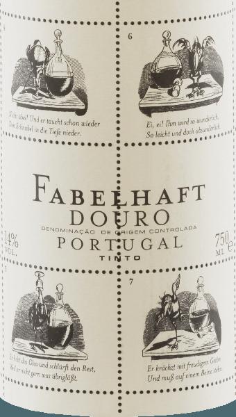 """Le Niepoort Fabulous Douro Tinto, d'un rouge rubis vif, présente des reflets violets et brille dans le verre d'une couleur moyennement dense. Le nez vif et parfumé de cette cuvée de vin rouge de Touriga Franca, Touriga Nacional, Tinta Roriz, Tinta Amarela et d'autres cépages convainc par ses arômes frais, profonds et très intenses de baies sauvages, de mûres juteuses et de quelques prunes. Les épices douces et la feuille de thé acidulée se marient harmonieusement avec le caractère balsamique du Fabuleux Douro Tinto. En bouche, le Fabelhaft Tinto révèle un goût élégant, volumineux et d'une fraîcheur juvénile, avec un profil minéral marqué. Une belle acidité fruitée vive et des tanins doux complètent la sensation d'équilibre en bouche. Avec le Fabelhaft Tinto, non seulement le contenu mais aussi l'extérieur de la bouteille de vin rouge est remarquable. Pour cela, Dirk Niepoort a choisi une histoire de Wilhelm Busch, actuellement celle du corbeau Hans Huckebein. La vie de Huckebein se termine mal, notamment à cause de la consommation d'alcool, et a inventé le terme de """"corbeau malchanceux"""" jusqu'à ce jour. Des fables comme celle de Huckebein sont la raison pour laquelle Niepoort a donné à cette série de vins le nom de Fabelhaft - et ils ont le même goût ! Avec le Fabelhaft Tinto , Dirk Niepoort a prouvé qu'il est possible de produire des vins rouges de caractère au Portugal à un prix équitable. De plus, avec son étiquette Wilhelm Busch, il a créé visuellement un vin qui est instantanément reconnaissable. Vinification de la Fabelhaft Tinto Les vendanges commencent début septembre. Les raisins destinés aux vins de la Fabelhaft Douro sont récoltés en mettant l'accent sur la fraîcheur, l'acidité et le fruit. Il convient d'éviter tout particulièrement les raisins trop mûrs pour la Fabelhaft Douro Tinto. Après la sélection des raisins dans la cave, les raisins sont égrappés, foulés et fermentés. Après fermentation, le vin a été élevé dans des barriques de chêne français (deu"""