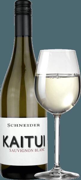 """Le Kaitui Sauvignon Blanc de Markus Schneider est la réponse de l'Allemagne au succès du vin blanc néo-zélandais. Le fait que Markus Schneider veuille concurrencer les classiques de l'autre côté du monde - comme Cloudy Bay & Co. Kaitui signifie """"tailleur"""" en langue maori (attention, la profession, pas le nom de famille). Le Kaitui Sauvignon Blanc arrive dans le verre avec une délicate couleur jaune platine et des reflets verdâtres. Le premier nez rappelle immédiatement les arômes classiques de la Nouvelle-Zélande ou du climat froid. L'herbe fraîchement coupée, le buis, la citronnelle, les feuilles de kaffir lime, le kiwi et la pomme Granny Smith croquante viennent à l'esprit. Des notes minérales et des relents de fleurs blanches se complètent. En bouche, le Schneider Kaitui est d'abord exceptionnellement puissant, juteux et buvable. Des nuances minérales, un fin fondu et une longue finale fruitée et exotique font de ce vin une expérience incroyable. Vinification du Kaitui Sauvignon Blanc Markus Schneider obtient les raisins pour son Kaitui dans des parcelles particulièrement élevées, où les vignes sont enracinées dans un sol calcaire. Après la macération, le vin est laissé à macérer pendant 4 à 10 heures, suivi d'un pressurage doux et d'une fermentation à température contrôlée. Recommandation alimentaire pour le Kaitui Sauvignon Blanc de Markus Schneider Ce vin blanc du Palatinat se marie parfaitement avec les plats asiatiques tels que le curry de poisson thaïlandais, les rouleaux d'été vietnamiens ou le poulet sauté aux légumes colorés."""