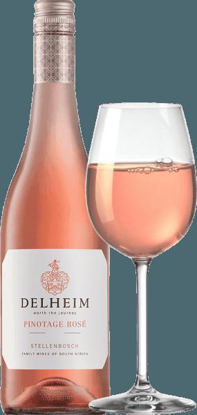 """Le Pinotage Rosé de Delheim Wines se présente dans un rose vif et lumineux. Le bouquet unique, dense et parfumé de ce vin rosé d'Afrique du Sud rappelle un panier de fruits rempli de framboises rouges sucrées, d'airelles, de fraises des bois et de cerises douces légères et juteuses. En bouche, ce Pinotage Rosé est frais, fruité, juteux et rond. L'acidité croquante du fruit est contrebalancée par une douceur subtile et merveilleusement fondante, qui équilibre parfaitement ce rosé du Cap. Vinification du Pinotage Rosé de Delheim Ce classique est vinifié depuis 1976. À l'époque, Michael """"Spatz"""" Sperling et sa femme Vera ont créé un véritable classique en créant le Pinotage Rosé dans le premier millésime. Des prix réguliers et le prix multiple du meilleur rosé de l'année (magazine spécialisé Weinwirtschaft), ont fait de votre Pinotage Rosé une légende.Les raisins Pinotage de ce vin poussent sur des sols argileux et sableux expressifs dans la communauté de Muldersvlei Bowl, dans la légendaire région de Stellenbosch. Le Delheim Rosé est principalement vinifié à partir du cépage rouge Pinotage, particulièrement typique de l'Afrique du Sud, auquel on ajoute une petite proportion de raisins Muscat parfumés. Les raisins sont récoltés à la main et sélectionnés une nouvelle fois avant d'être macérés. Les baies sont ensuite écrasées, le moût n'est laissé sur les peaux que pendant une courte période et le moût rose tendre est ensuite fermenté. Recommandation alimentaire pour le Pinotage Rosé de Delheim Dégustez ce solo rosé en apéritif ou avec du ceviche, de la soupe au poivron jaune, du chorizo carbonara et des gyros de dinde. Ce charmant rosé est composé de 90% de pinotage et de 10% de muscat."""