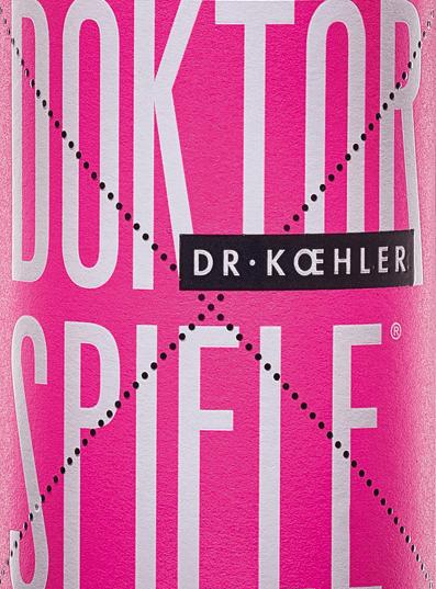 Le Doktorspiele Rosé du Dr Koehler brille d'un ton rosé chatoyant. La cuvée est composée des quatre cépagesCabernet Sauvignon, Frühburgunder, Merlot et Spätburgunder. Au nez, le vin de Rheinhessen présente un bouquet clair de grenade avec de fines nuances de baies rouges. Le palais du Doktorspiele Rosé du Dr Koehler se gâte avec des arômes de cerises juteuses, de framboises mûres et une subtile douceur de fruit. L'impression obtenue au nez est répétée par de fines notes en bouche. Le corps convainc par sa puissance et sa structure filigrane. Un vin à la fraîcheur vitale et à la finale portée par les fruits rouges sucrés. Recommandation alimentaire pour le Doktorspiele Rosé Savourez ce vin rosé de Rheinhessen, merveilleusement buvable, comme ça, avec des fruits de mer grillés ou des légumes méditerranéens.